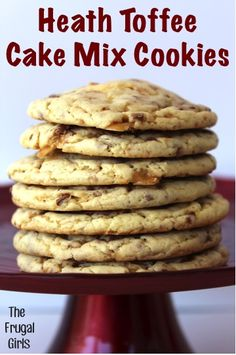 If you like Heath bars, then you'll love these cookies made with cake mix. These Heath Bar Cake Mix Cookies are super easy to make, and the rich toffee flavor is to die for. Everybody loves cookies from cake mix, so you could even give them as a gift Cake Mix Cookie Recipes, Yummy Cookies, Yummy Treats, Dessert Recipes, Cookie Mixes, Funfetti Cookies, Sweet Treats, Toffee Cake, Toffee Cookies