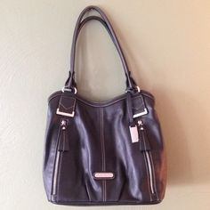 Leather bag This bag is beautiful and is in EUC - I have only used it twice! 100% genuine leather. Perfect for winter ❄️⛄️❄️ Ellen Tracy Bags Shoulder Bags