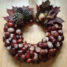 Wreath made from conkers (horse chestnuts) Christmas Time, Christmas Wreaths, Christmas Crafts, Christmas Decorations, Holiday Decor, Autumn Decorations, Christmas Ideas, Acorn Crafts, Pine Cone Crafts