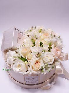Parfem, ruže i alstromerije u ukrasnoj kutiji