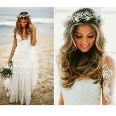 Acabei de ver no @bridalstorming que a Marília do ig Tip Lovers casou na praia, com esse look perfeito.  Combinação mais que harmoniosa entre vestido, coroa de flores, cabelo e buquê. Perfeita!!! ✨ @bridalstorming  -------------------------------------------------- #bride #bridetobe #bridetobride #noiva #novia #boho #bohobride #beachwedding #casamentonapraia #casório #casamento #wedding #top #amazing #beautiful #linda #borntobeabride #b2bb