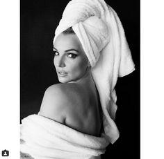 Britney Spears posa só de toalha para famosa Towel Series de Mario Testino
