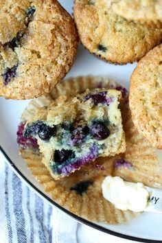 These easy, ultra-moist breakfast muffins are made with ripe bananas, juicy blueberries, sweet vanilla, and a brown sugar crumb topping! Banana Blueberry Muffins, Blue Berry Muffins, Blueberry Desserts, Banana Bread, Banana Recipes, Muffin Recipes, Bread Recipes, Make Ahead Breakfast, Breakfast Muffins