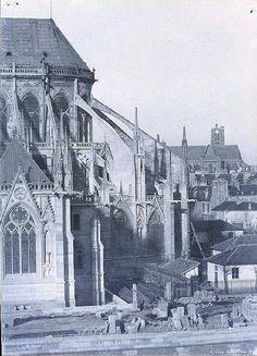 Notre Dame de Paris is a historic Roman Catholic Marian cathedral on the eastern half of the Île de la Cité in the fourth arrondissement of. Old Paris, Vintage Paris, Old Pictures, Old Photos, Notre Dame France, Paris Images, French History, 12th Century, Great Photos