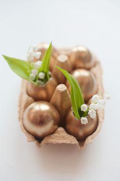 Verf+lege+eiren+met+goud+en+zet+er+een+leuk+bloementje+in+die+je+gepukt+hebt+uit+de+tuin