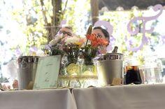 Mesa principal, decorada con frascos, cintas, encajes y flores, lilium y margaritas silvestres. Señalética de mesa en los colores del evento, verde agua y lila. Shabby chic.
