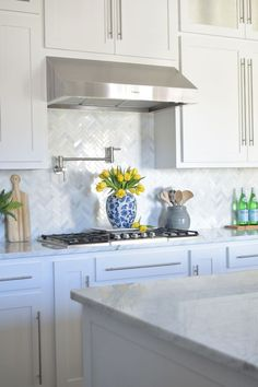Like the counters and cabinets and backsplash - Best 100 white kitchen cabinets decor ideas for farmhouse style design White Kitchen Backsplash, Kitchen Cabinets Decor, Kitchen Cabinet Design, Interior Design Kitchen, Kitchen White, Kitchen Designs, Narrow Kitchen, Gray Cabinets, Kitchen Faucets
