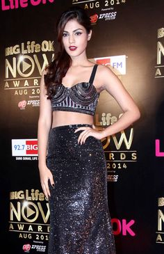Surveen Chawla, Daisy Shah, Esha Gupta, Kiara Advani and other celebs graced the red carpet of BIG Life OK Now Awards. A look. Indian Celebrities, Bollywood Celebrities, Bollywood Actress, Bollywood Fashion, Young Actresses, Female Actresses, Bridal Bangles, Most Beautiful Indian Actress, Young Female