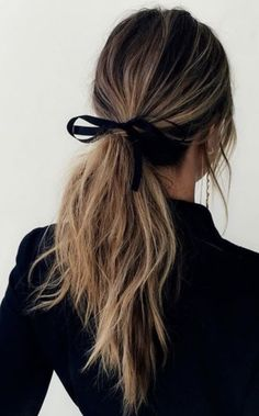 Coiffure simple avec un ruban dans les cheveux - New Hair Styles Hair Day, New Hair, Your Hair, Messy Hairstyles, Pretty Hairstyles, Hairstyles 2018, Hairstyle Ideas, Stylish Hairstyles, Evening Hairstyles