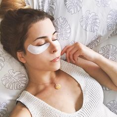 Heather alleviates dark circles and reduces puffiness using her gifted DHC Revitalizing Moisture Strips for Eyes. Discover more #JapaneseBeautySecrets by clicking through. Products were gifted as part of the Preen.Me VIP Program together with DHC.