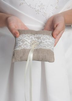 Ringkissen mit Leinen un Spitze, Hochzeit Kissen von WeddingBliss by Maija auf DaWanda.com