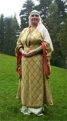 Bliaut, Lady Aleydis van viilvorde (Eva Andersson, ph d in medieval clothing) gold with deep neckline
