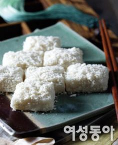 세상에서 가장 쉬운 떡 만들기 Korean Rice Cake, Korean Sweets, Korean Food, Korean Recipes, Korean Dishes, Asian Desserts, Rice Cakes, Baking Recipes, Food And Drink
