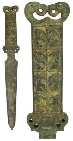 Bronze sword with two columns of four animals on the handle's surface. Two stylized dragons facing each other at the top of the handle. The middle of the blade depicts ten animals on both sides. 400-200 BC Zhou Dynasty, Dragon Face, Ancient Artifacts, Chinese Culture, Bronze Age, Chinese Antiques, Bronze Sculpture, Asian Art, Archaeology