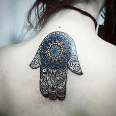 """Achamos demais essa tatuagem! O mandala e a hamsa, o mais incrível que não parece ser uma cobertura! Muito linda! Tatuagem feita por <a href=""""http://instagram.com/kadutattoo"""">@kadutattoo</a> =) + informações: Vitoria ES Brasil -Tel: (27) 999805879"""