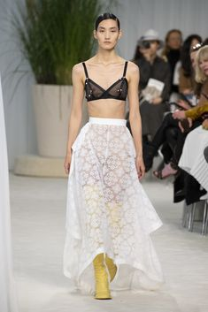 Loewe Spring 2020 Ready-to-Wear Fashion Show - Vogue 2020 Fashion Trends, Fashion Week, Fashion 2020, Look Fashion, Paris Fashion, Daily Fashion, Street Fashion, High Fashion, Vogue Paris