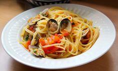 Cocinar es vivir y Bordar también: Espagueti con almejas y tomate del Comisario Montalbano / Clam & tomato sauce spaghetti (Inspector Montalbano)