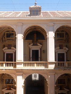 Palacio. Entrada a la Capilla desde arco opuesto del primer piso.
