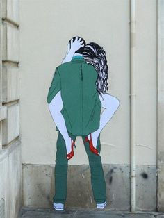 http://gaxxjoyeriatextil.blogspot.com.es/ Kissing Lovers Street Art by Claire Streetart