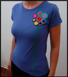 Felt decorated t-shirt Shirt Refashion, T Shirt Diy, T Craft, Applique Fabric, Cute Tshirts, Diy Clothing, Crochet Clothes, Sewing Hacks, Dressmaking