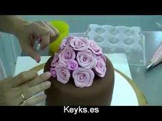 ▶ Cómo poner flores de fondant en la parte de arriba de una tarta - YouTube