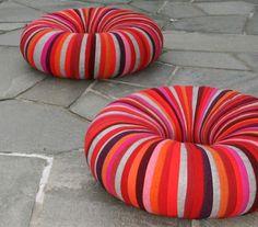 Estos coloridos poufs ques se llaman 'Drops', por su singular forma y colores son piezas decorativas y atractivas.