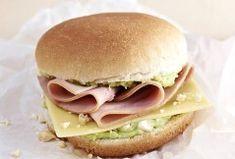 Dieser Burger ist nicht nur lecker sondern auch gesund! Mit Avocadocreme, Schinken, Käse und Erdnüssen. Alle Infos zur Zubereitung hier auf Familie.de! © Kerrygold