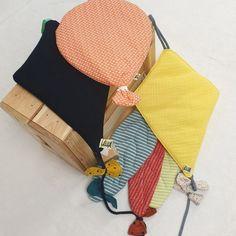 Barbara Vitt aus Erdweg war schon immer kreativ. Seit der Gründung ihres kleinen Labels Gelber Knopf hat sie sich auf Papeterie und Kindermode spezialisiert. Kind Mode, Bunt, Coin Purse, Wallet, Purses, Fashion, Paper Mill, Gifts For Children, Baby Favors