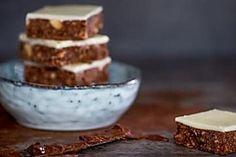 No-bake Nutella squares Nutella Bar, Nutella Mug Cake, Tea Biscuits, Buttery Biscuits, Shabbat Dinner, Lemon Squares, Digestive Biscuits, Chocolate Squares, Baking Tins