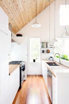 Tips and tricks to maximize your small galley kitchen. These ideas will make kitchen space larger and more functional. The two parallel counters of galley kitchens mean focusing on aisle space, light and storage. For more kitchen ideas go to Domino. Home Interior, Kitchen Interior, New Kitchen, Kitchen Decor, Kitchen Small, Narrow Kitchen, Interior Design, Kitchen Wood, Kitchen White