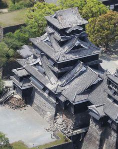 地震で崩れた熊本城天守閣の瓦〔時事通信ヘリより〕(熊本市内)