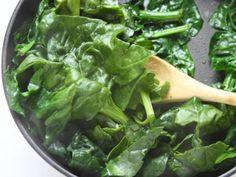 POLPETTONE DI POLLO CON SPINACI E PISTACCHI 2/5 - Pulite gli spinaci. In una padella con un cucchiaio d'olio fateli scottare a fuoco vivace, salateli e tritateli.