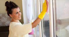 Como eliminar as manchas de água do vidro. As manchas de água nas portas ou janelas e no duche muitas vezes são confundidas com os restos de sabão. Infelizmente, os produtos para remover os resíduos de sabão não eliminam as manchas de água sal...