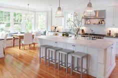 weiße Landhausküche barhocker grau