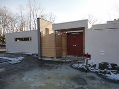 Better view of the horizontal wood screening and the double doors with Alta Stainless Steel gate latch by 360 Yardware.