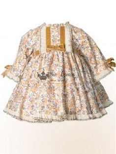 Vestido estampado Oto&ntildeo de Alves, combina tonos beige y camel.