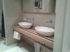 (Welbie Sanitair). Badkamer in Groesbeek. Mooi echt houten plateau met waskommen van solid surface. Beiden van Luca. Inbouwkranen Buddy van Hotbath. Kijk ook op www.welbie.nl.