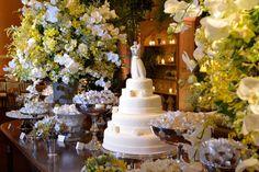 Mesa de bolo de Casamento clássica com flores