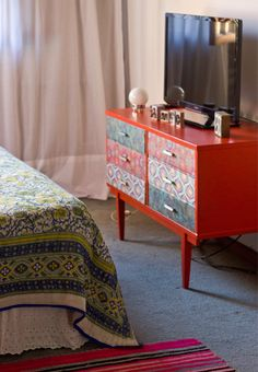 mexican decor; bedroom; colors; dresser; bed; print; decor; bed; boho bedroom; flowery; decoração; quarto; cama;