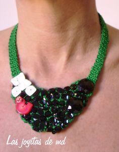 Collar babero de croché en color verde Cosido a mano sobre él: nácar, coral, lentejuelas y otros abalorios en color negro.