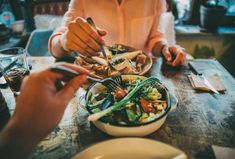 Can restaurants combat rising obesity with healthy menu items? Can even fast-food restaurants and big chains make the healthy choice sell? Healthy Menu, Healthy Baking, Healthy Habits, Healthy Life, Eating Healthy, Healthy Foods, The F Factor Diet, Different Diets, Healthy Body Weight