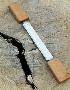 Draw Knife made from a old table saw blade. Farm Hacks, Table Saw Blades, Tool Bench, Sharpening Tools, Blacksmith Projects, Bushcraft Knives, Homemade Tools, Old Tools, Handmade Knives