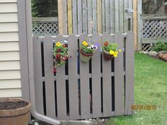 DIY pallet fence, to hide garbage cans?