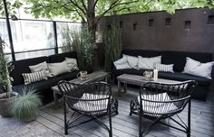 35 Modern Home Rooftop Terrace Design Ideas (With Pictures) Outside Living, Outdoor Living, Outdoor Spaces, Outdoor Decor, Rooftop Garden, Outdoor Gardens, Small Patio, Outdoor Furniture Sets, Living Spaces