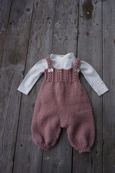 Diy Crafts - Brand new and luxurious pattern set from Go Handmade. This pattern set includes: - Pattern for 3 rompers & 6 months) - Accessori Diy Crafts Knitting, Knitting For Kids, Baby Knitting Patterns, Baby Patterns, Baby Pants Pattern, Crochet Baby Pants, Knitted Baby Clothes, Baby Girl Dungarees, Baby Overalls