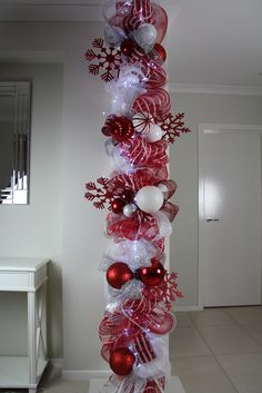 Warm & Festive Red and White Christmas Decor Ideas - Hike n Dip Give your Christmas decoration a festive touch. Try the classic Red and white Christmas decor. Here are Red and White Christmas decor ideas for you. Noel Christmas, Winter Christmas, All Things Christmas, Christmas Wreaths, Outdoor Christmas, Christmas Sleighs, Candy Cane Christmas Tree, Winter Wreaths, Purple Christmas