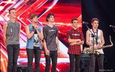 """Fedez elimina i Traccia 24 a X Factor 9 e loro pubblicano il loro nuovo singolo: """"Mentre fuori piove""""."""