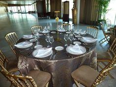 Detalle Mesa Salón Puesta de Sol con detalles en dorado. Table Settings, Dining Table, Rustic, Furniture, Home Decor, Sunsets, Mesas, Country Primitive, Homemade Home Decor