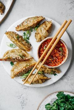 This super easy vegan potsticker recipe goes so well with my sesame chilli dipping sauce. Your whole family will love making and eating them!Vegan Potstickers with Sesame Chilli Dipping Sauce Vegan Potstickers, Vegan Dumplings, Veggie Dumplings Recipe, Vegetable Dumplings, Steamed Dumplings, Whole Food Recipes, Cooking Recipes, Vegetarian Recipes, Vegan Recipes