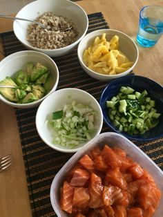 Havaijilainen poke, eli lohta, avokadoa, mangoa, kevätsipulia, seesaminsiemeniä riisin, ohran tai kvinoan kanssa. Lohen 400 gr) nopea marinadi: 3 rkl soija, 2 rkl seesamöljy, 1 rkl chilikastike ja suolaa. Toimii mainiosti myös tacotäytteenä! Resepti: http://www.soppa365.fi/resepti/67039/havaijilainen-poke-kulhossa-2/